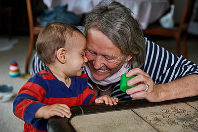 Grandmother playing with grandson, portrait - p1146m2187829 by Stephanie Uhlenbrock
