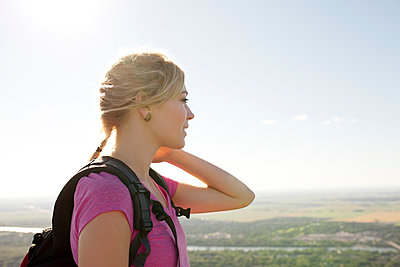 Young woman hiking up to the top of a mountain - p1166m2247056 by Cavan Images