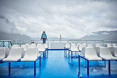 Chile, Hornopiren, woman standing at rail of a ferry looking at fjord - p300m2070778 von Stefan Schütz
