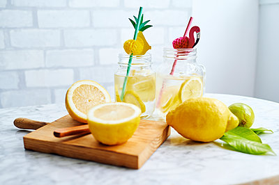 Cutting board, lemons and jars of fresh homemade lemonade - p300m2199159 by Kiko Jimenez