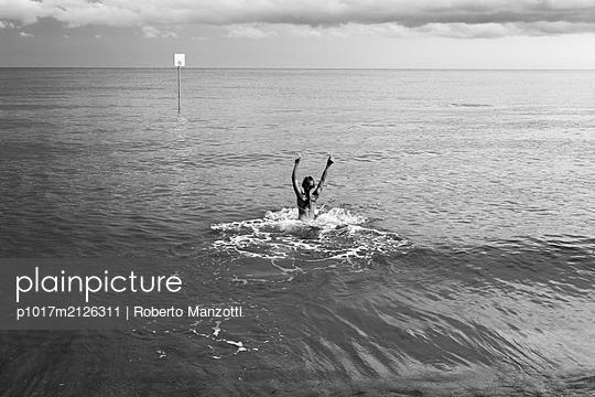 In the sea - p1017m2126311 by Roberto Manzotti