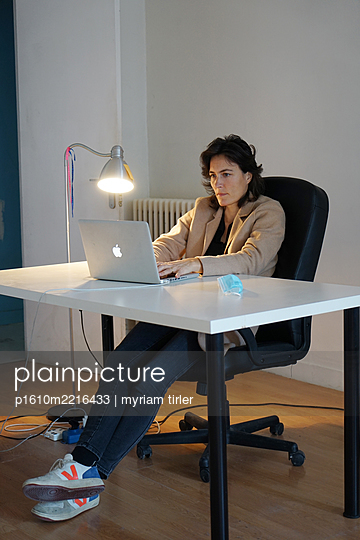 A woman working in an empty office - p1610m2216433 by myriam tirler