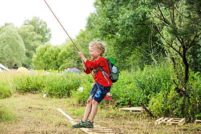 Happy little boy on a swing - p300m2160565 von Irina Heß