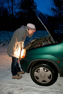 Young woman with car breaks down at night - p300m798072f by Bernd Friedel
