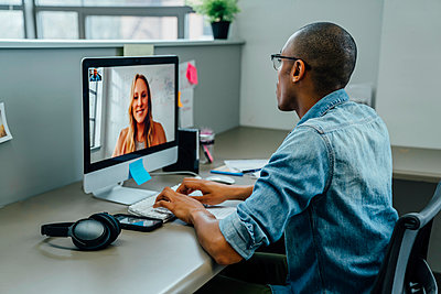 Business people on video conference - p555m1503954 by FS Productions
