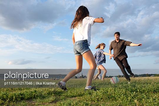 Kicken mit dem Papa - p1116m1217046 von Ilka Kramer