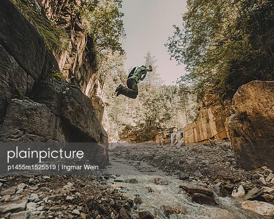 Person springt von einem Felsen, Bletterbachschlucht, Südtirol - p1455m1525519 von Ingmar Wein