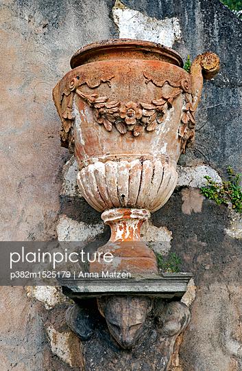 Amphora in Florence - p382m1525179 by Anna Matzen