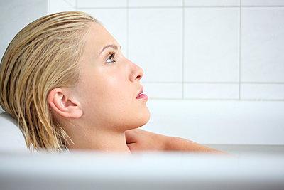 Woman in a bathtub - p045m944446 by Jasmin Sander