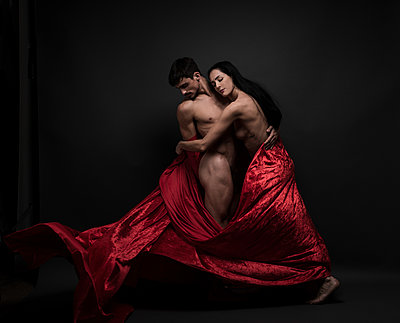 Dancing couple poses nakes with red cloth - p1139m1503038 by Julien Benhamou