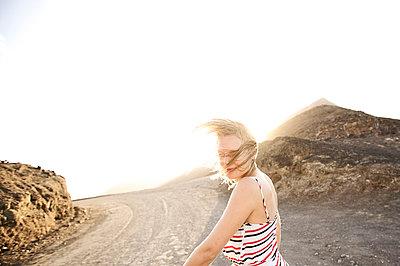 Junge Frau geht zum Strand, Fuerteventura, Spanien - p1316m1160502 von Christoph Jorda