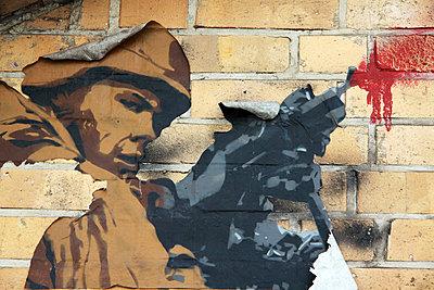 Soldat mit Maschinenpistole - p277m883381 von Dieter Reichelt