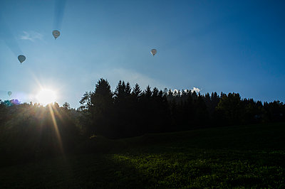 Hot-air balloons in the evening sun - p280m1111813 by victor s. brigola