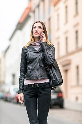 Young woman in the street using smart phone - p300m1205314 by A. Tamboly