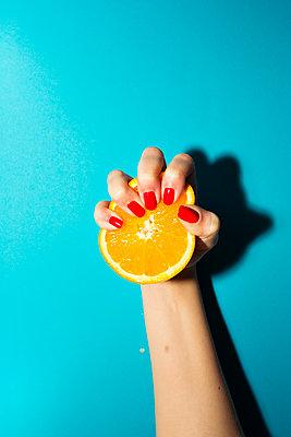 Frau hält Orange in der Hand - p432m1516000 von mia takahara