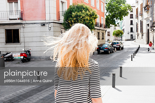 Young woman walking in city - p956m1044916 by Anna Quinn