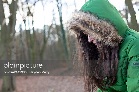 Young woman wearing anorak - p975m2142930 by Hayden Verry