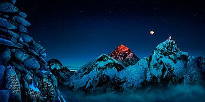 Landscape with Mount Everest, prayer wall and Mount Nuptse, Kala Pattar, Khumbu, Nepal - p343m2028880 by Per-Andre Hoffmann