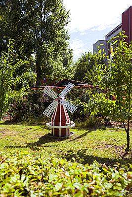 Windmühle im Schrebergarten - p432m2005618 von mia takahara