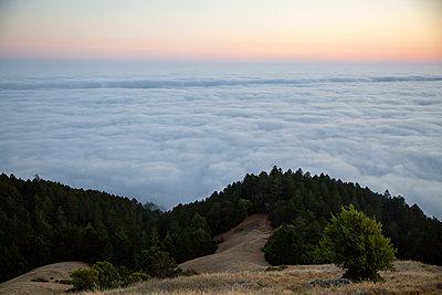 Evening sun, cloud cover, Mount Tamalpais, California - p756m2211535 by Bénédicte Lassalle