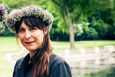 Woman wearing a floral wreath - p904m808037 by Stefanie Päffgen