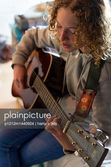 Mädchen mit Gitarre - p1212m1440924 von harry + lidy