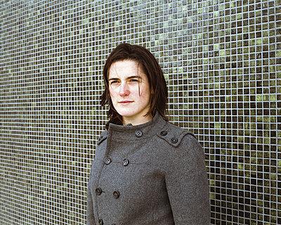 Frau vor grün gefliester Wand - p1409m1467655 von margaret dearing