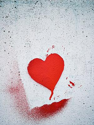 Stenciled heart on a wall - p300m2104357 von Frank Muckenheim