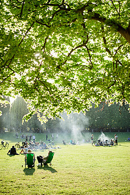 Sweden, Skane, Malmo, Pildammsparken, People relaxing in sunny park - p352m1349331 by Gustaf Emanuelsson
