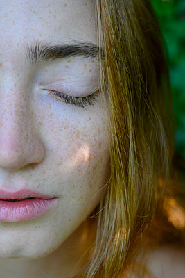 Teenage girl with closed eyes - p427m2209809 by Ralf Mohr