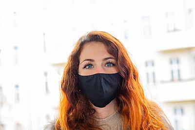 Junge Frau mit Gesichtsmaske, Portrait - p975m2223641 von Hayden Verry