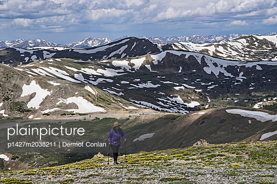 Woman hiking in mountains of Loveland Pass, Colorado - p1427m2038211 by Dermot Conlan