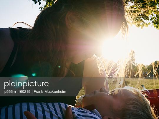 Picknick im Sonnenuntergang - p358m1160218 von Frank Muckenheim