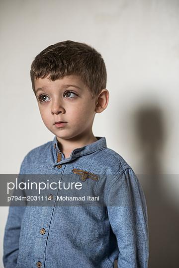 Niedlicher kleiner Junge  - p794m2031114 von Mohamad Itani