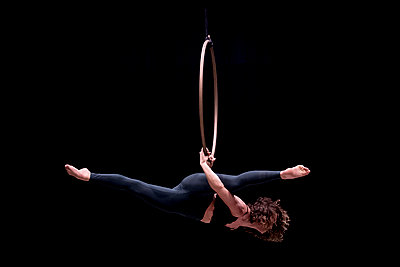 Aerial dancing beauty - p1166m2135968 by Cavan Images