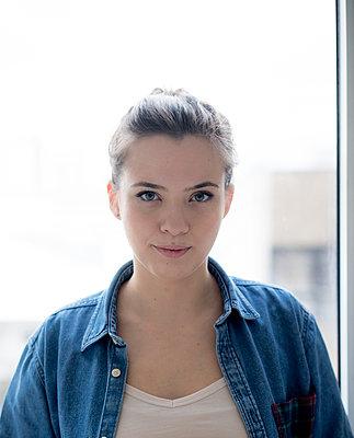 Junge Frau am Fenster - p1212m1526153 von harry + lidy