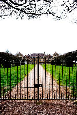 Zaun vor dem Schloss - p2480718 von BY