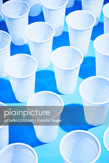 Drinking cups made of plastic - p1149m2092440 by Yvonne Röder