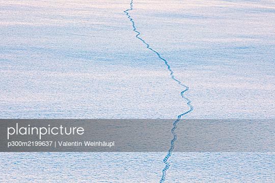 Tracks in sw, Lebesby, rway - p300m2199637 by Valentin Weinhäupl