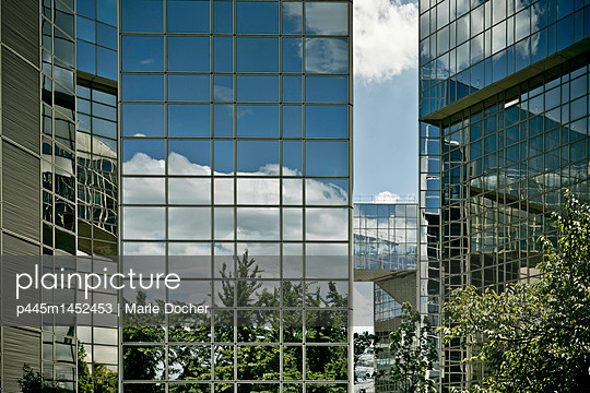 High-rise with glass front close to Parc André Citroen  - p445m1452453 by Marie Docher