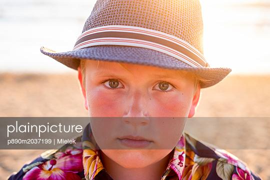 Junge mit Strohhut - p890m2037199 von Mielek