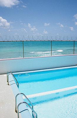 Pool am Meer - p0450681 von Jasmin Sander