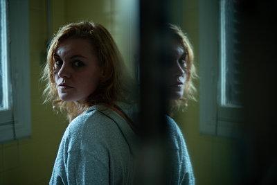 Fearful woman, portrait - p1321m2182598 by Gordon Spooner