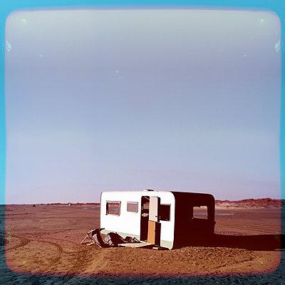 Frankreich, Verlassener Wohnwagen - p230m2152705 von Peter Franck