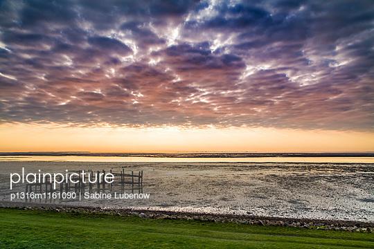 Wolkenhimmel über Wattenmeer, Steenodde, Amrum, Nordfriesische Inseln, Nordfriesland, Schleswig-Holstein, Deutschland - p1316m1161090 von Sabine Lubenow