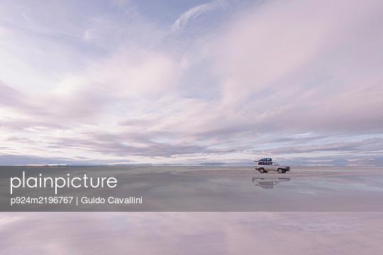SUV parked on Uyuni Salt Flats, Salar de Uyuni, Uyuni, Bolivia. - p924m2196767 by Guido Cavallini