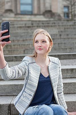 Junge Frau macht ein Selfie von sich - p1303m1131922 von Ansgar Schwarz