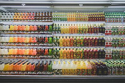 Saft Auswahl im Supermarkt - p1345m2055607 von Alexandra Kern