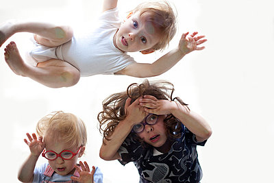 Kleine Kinder von unten - p4451257 von Marie Docher