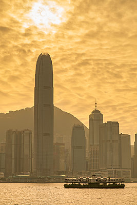 Star Ferry and Hong Kong skyline, Hong Kong, China - p651m2006402 by Ian Trower